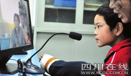玉树10岁男孩医院视频聊天 地震后首见父母