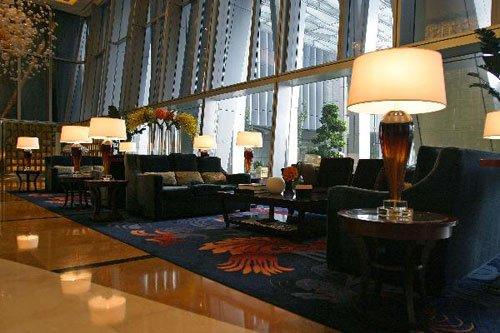 大楼高层开设了国贸大酒店,内设水疗中心,室内恒温游泳池,以及各种