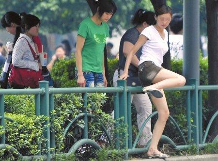 """成都短裙美女图方便""""跨栏""""过街 不顾走光"""