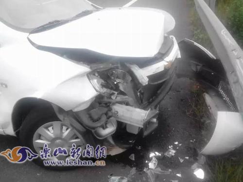 乐山一轿车为避让小狗 撞高速护栏受损严重(图)