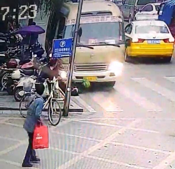 宜宾某中学门口中巴车撞倒两人 致1死1伤