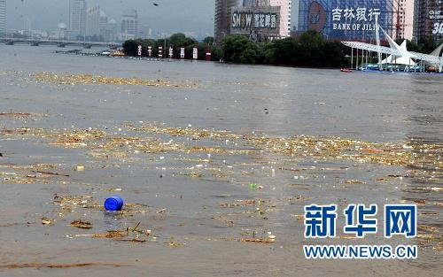 吉林省设置八道防线拦截松花江中化工原料桶