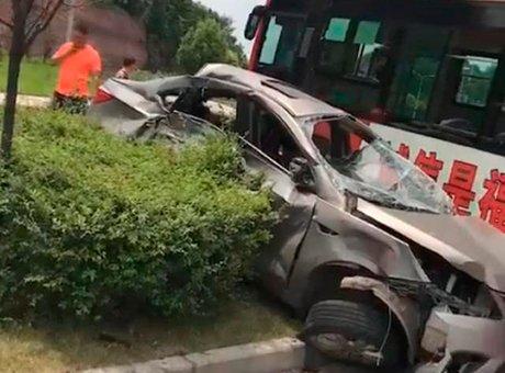 资阳小车与公交车相撞被推上绿化带 一人死亡