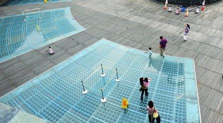 地铁天府广场站下沉广场的玻璃地板