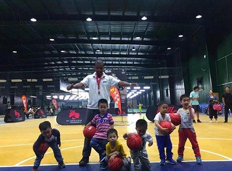 一堂课让孩子英语体能双锻炼 外教篮球免费体验课来了