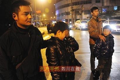 成都警方解救5名卖花童 挡获幕后操纵嫌疑人