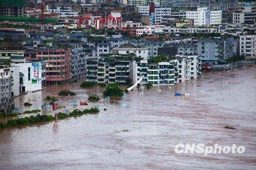 广安某中学700多人被洪水围困 达30小时(图)