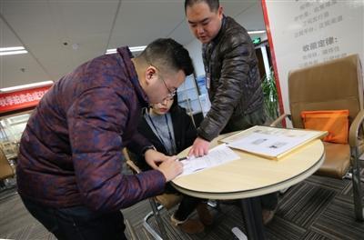 昨日,成都市锦江区市场和质量监督管理局的工作人员到公司调查取证,出具询问通知书,公司一负责人在送达回执上签字