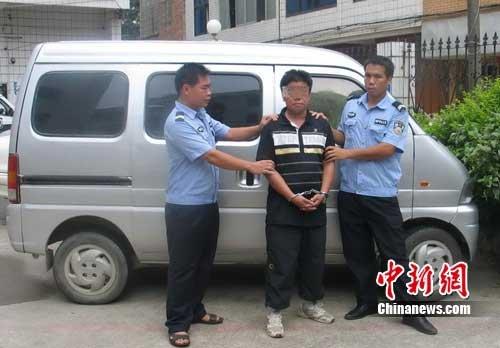 男子在女生宿舍前玩弄生殖器 被警察逮个正着