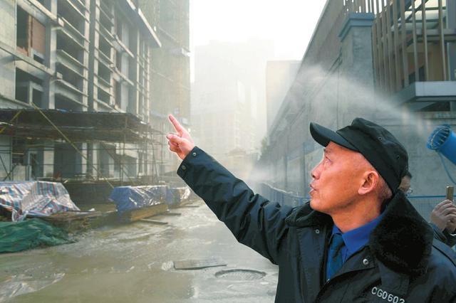 重污染天气橙色预警 成都多部门联动降尘全城大冲洗