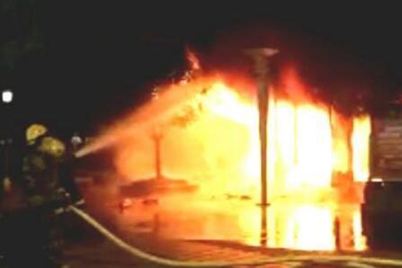 峨眉山市步行街发生一起火灾 现场火光冲天