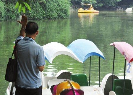 成都人民公园一小孩为玩耍与其爷爷比固执