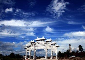 营山白塔公园正门建设完工 高10多米长20米