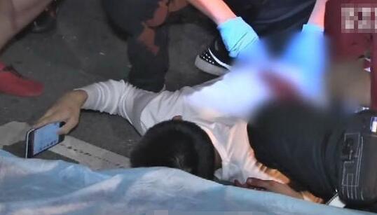 少年遭砍后淡定滑手机