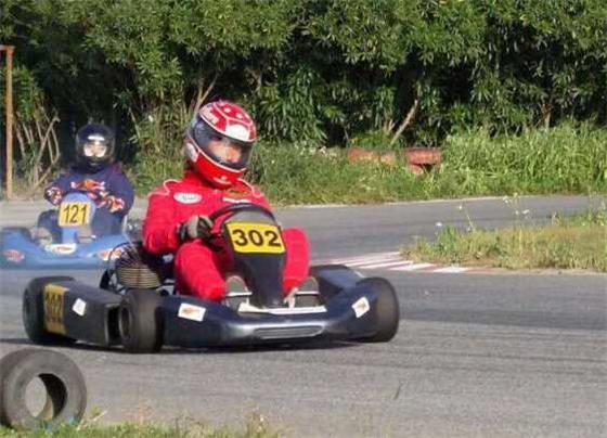 6岁娃娃都开始玩赛车了 你的孩子要不要也来挑战一盘