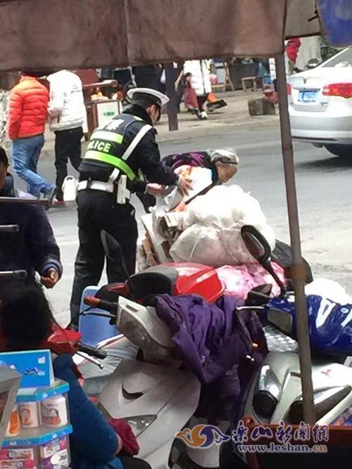 乐山一交警帮助拾荒老人过马路 引不少网友点赞(图)