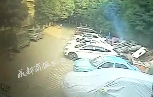 4个熊孩子玩火烧毁小区5辆车 如何赔偿家长们互相扯皮