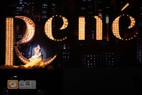 刘若英演唱会造型百变 力拼蔡依林挑战空中倒立