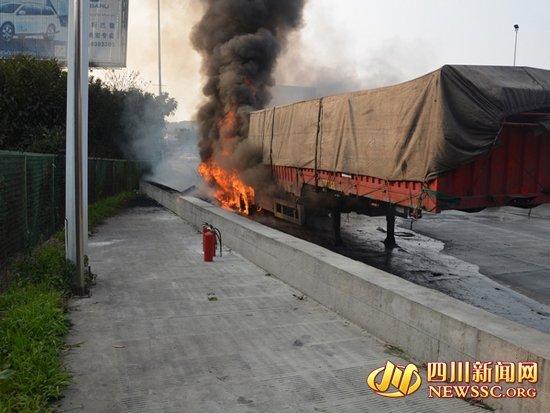 绵阳一挂车突发大火 33吨煤炭陷入火海(图)