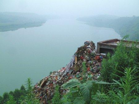 广安嘉陵江边垃圾场臭飘两县 负责人称处理过