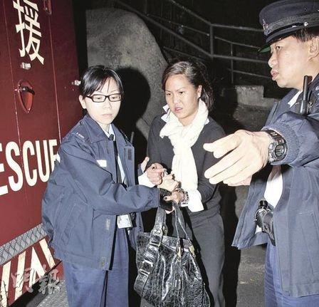 发日被捕后,被女警锁上手铐带走-香港名媛酗酒9年内3次袭警 患躁
