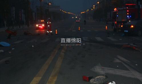 绵阳一电三轮与水泥罐车相撞 司机被撞飞后又遭碾压