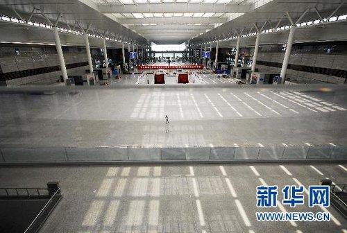 资料图片:这是9月9日拍摄的即将启用的沪杭高铁虹桥站候车大厅。新华社发(钮一新 摄)