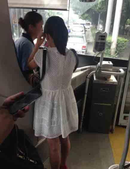 公共汽车上的男孩-公交车上男子猥亵女乘客-成都男子公车上对女子做出猥亵行为 众乘客高清图片