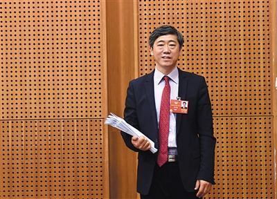 3月10日,铁道大厦,全国政协委员李稻葵接受媒体采访。新京报记者 陶冉 摄