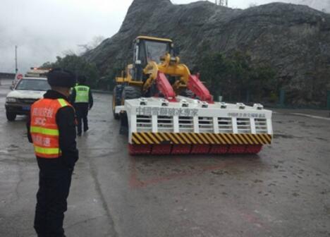 今年降雪频率高 雅西高速首用破冰车
