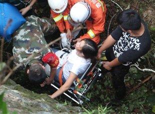 广元一女子与男友争执后 掉下6米高山崖