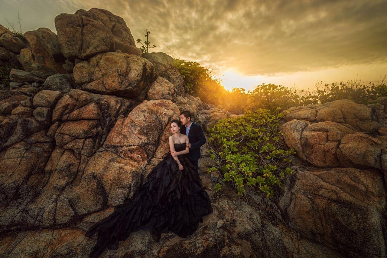 岩石旁拍出大片既视感婚照