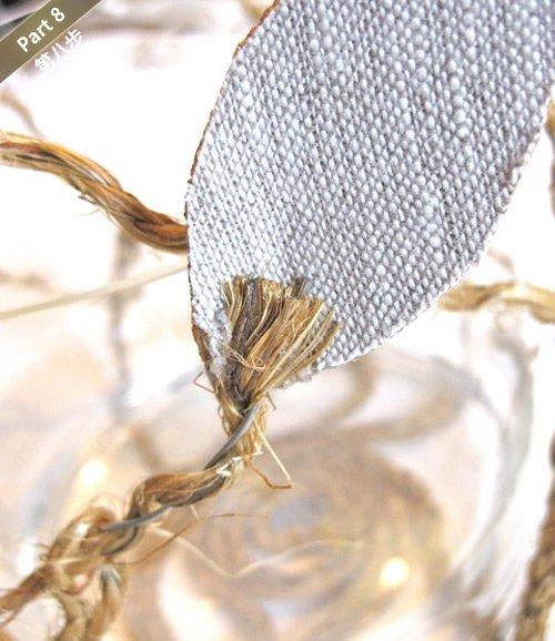 用铁丝穿过布料或者硬纸皮,固定在绳脚的尾部.
