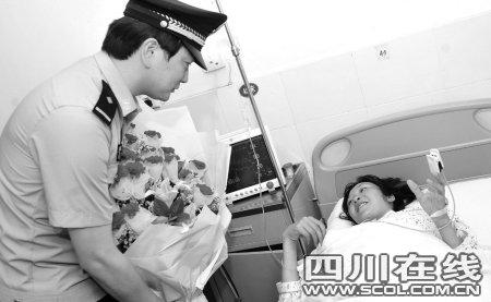 孕妇临盆遭遇堵车 警察开车闯红灯送进医院