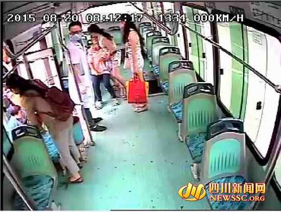 泸州公交车上女乘客突然晕倒 上演16分钟生死时速(图)