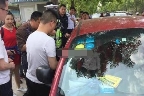绵阳一男子高温天将女儿锁车内 警察破窗施救