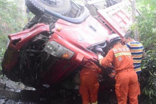 遂宁蓬溪一货车坠桥后底朝天 被困司机电话求援
