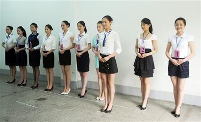 川航招500名空哥空姐 首日2000人参加面试