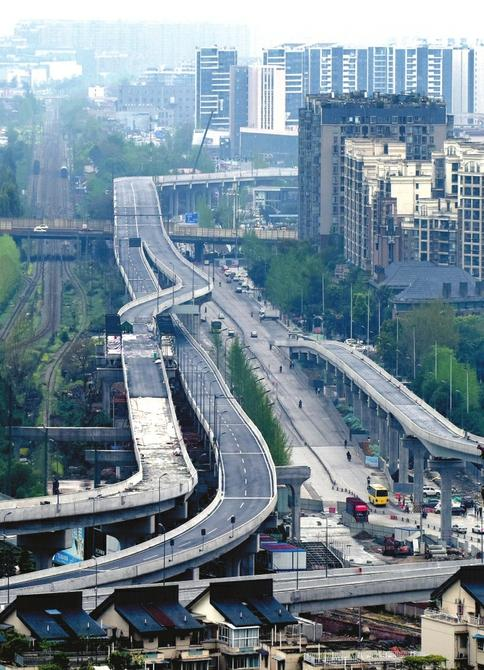 4月11日,建设中的成都元华路神仙树节点工程(高架桥)神仙树路段。