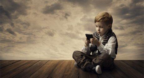 研究发现孩子玩手机超1小时 影响心理健康