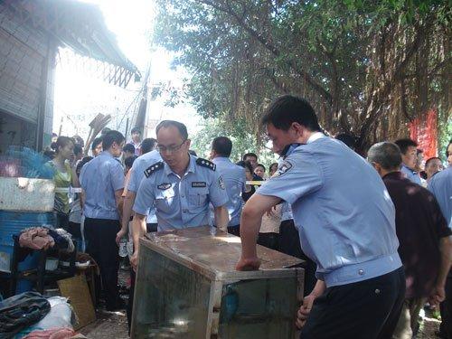 广安洪水逐渐退去 近万人参与清淤工作(图)