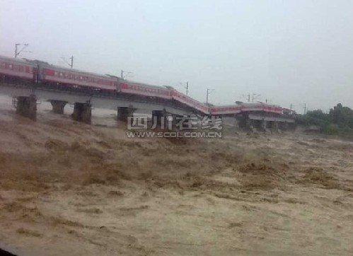 宝成线广汉境内桥垮塌列车坠河 四川省长赶往现场
