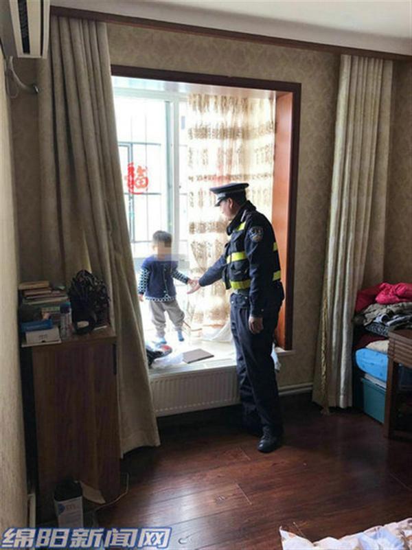 """绵阳两岁娃上演""""飘窗惊魂"""" 警察将其成功解救(图)"""