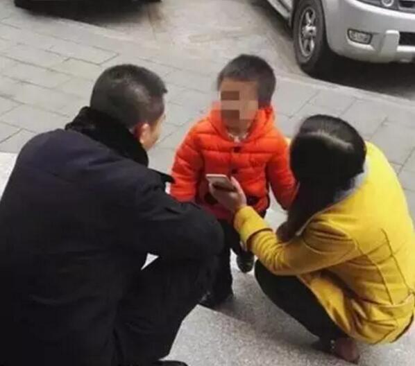 """泸州夫妻闹离婚3岁儿子""""走丢"""" 民警当保姆(图)"""