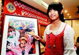 初中学生陈郁旻,参加国际和平海报创作比赛,击败众多参赛者,拿到世界图片