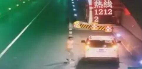 须眉在雅安一高速地道内停车 随后步辇儿横穿公路