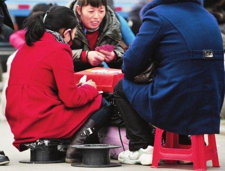 """成都火车站迎来客流高峰 小板凳成""""必备品"""""""
