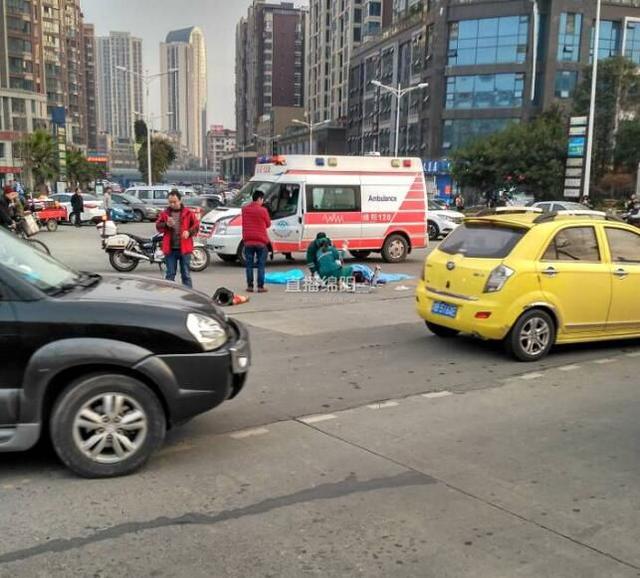 绵阳城区某路口工程车撞倒老人小孩 致一死一伤(图)