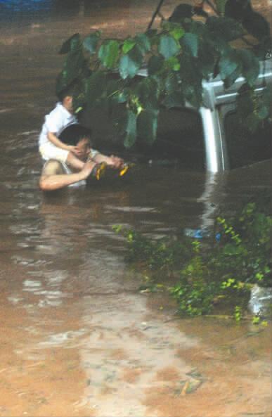 最大洪峰14日过广安城区 四川11市仍有暴雨(图)