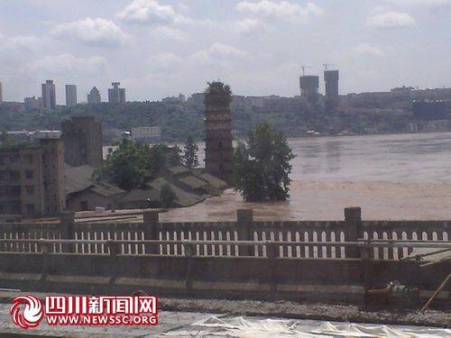 广安遇160年一遇洪峰 低矮平房白塔被淹